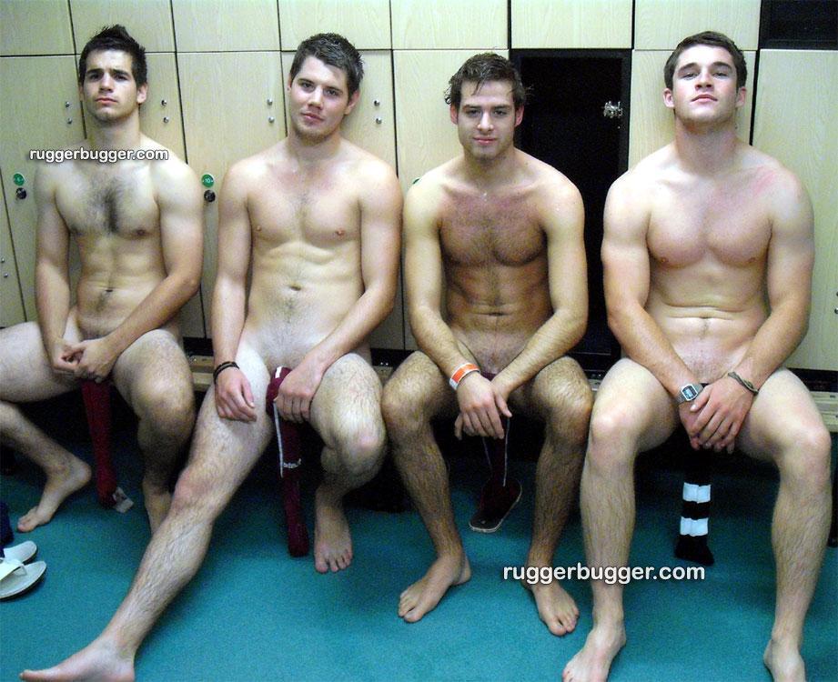 4 hommes nus dans les vestiaires