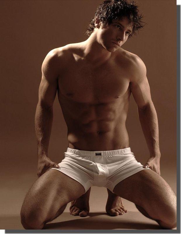 Un homme nu en caleçon blanc
