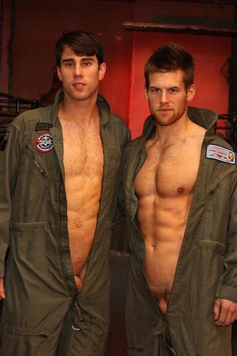Deux hommes nus en combinaison ouverte
