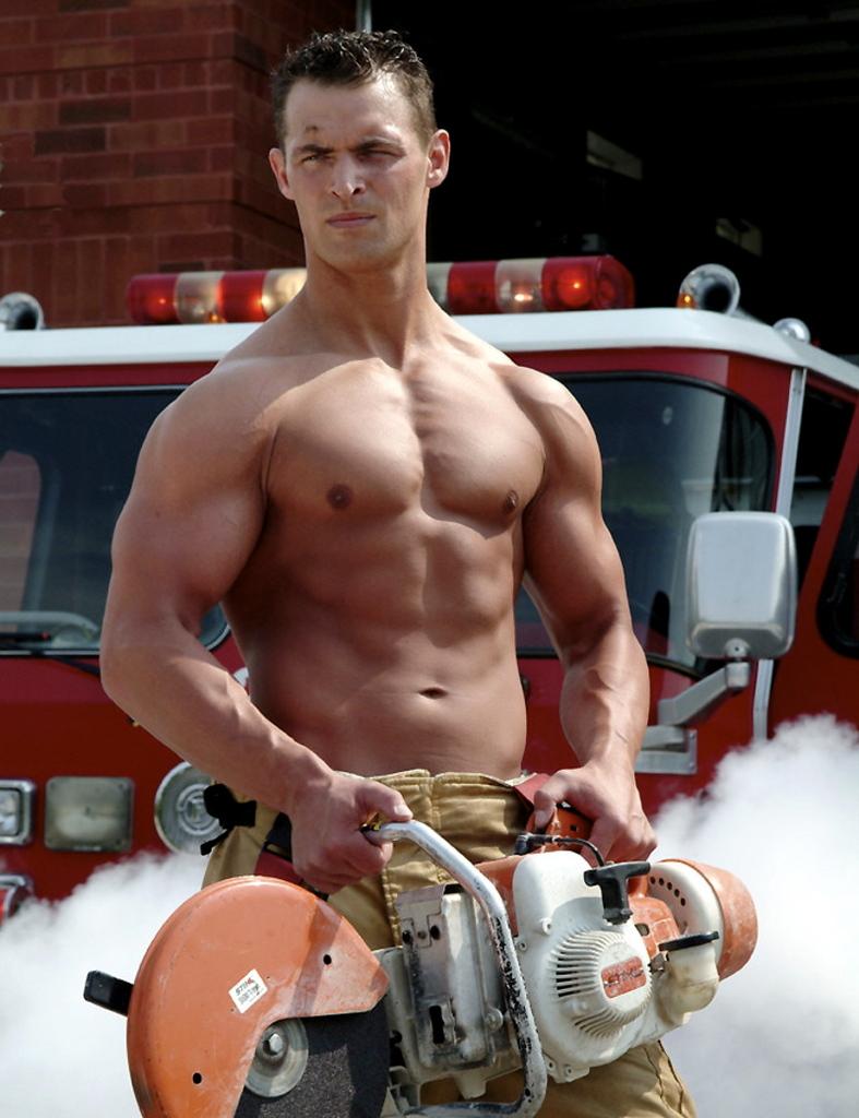 Un très beau pompier torse nu