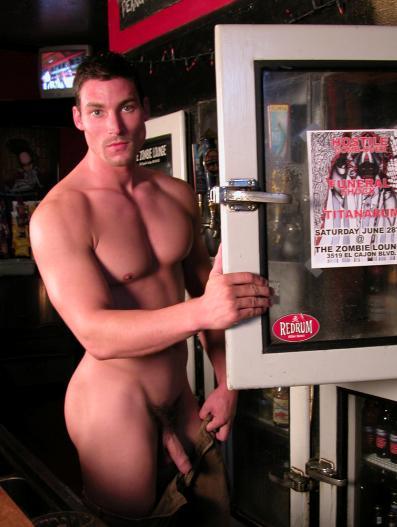 Cet homme est complètement nu dans en bar.