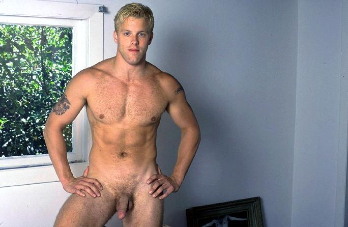 Ce bel homme nu intégral blond prend la pose devant l'objectif