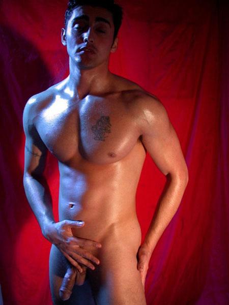 Une très belle photo d'un mec à entièrement nu pour notre plaisir!