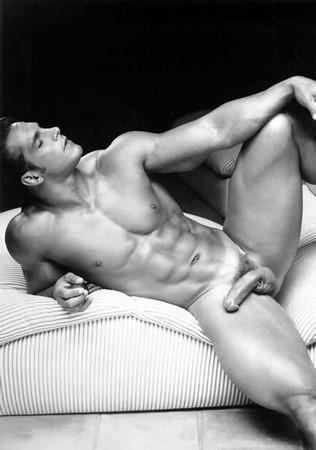 Une très belle photo artistique d'un homme complètement nu.