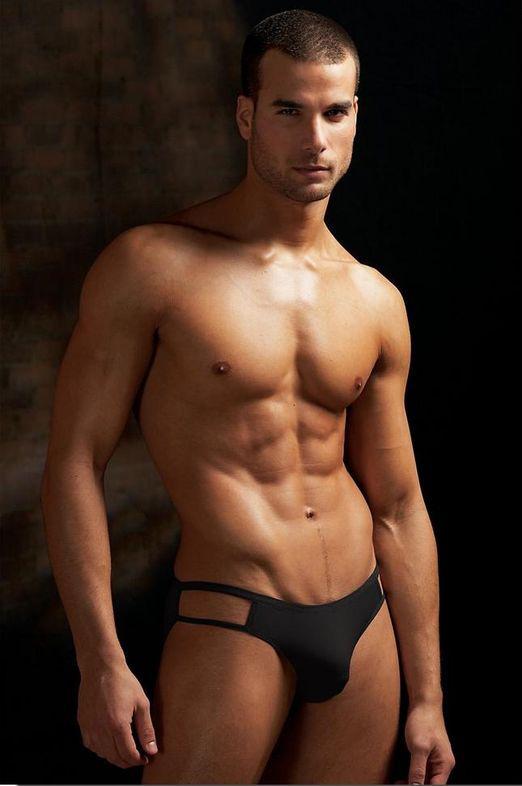 Un homme nu brun et musclé : 24 septembre 2010