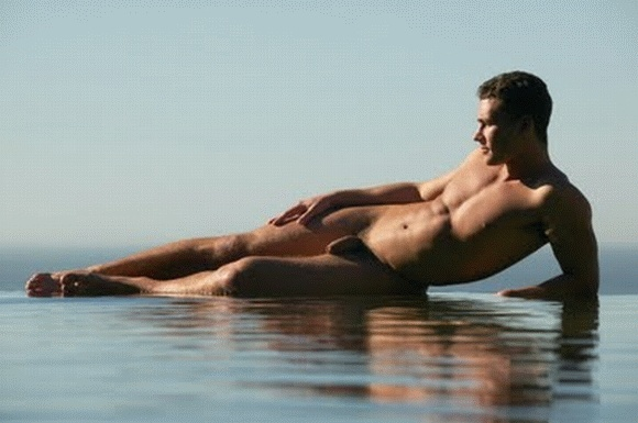 Un très bel homme nu au bord de l'eau : 23 novembre 2010