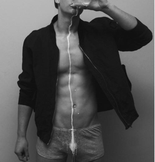Un homme nu ou presque : du lait coule le long de son torse et sur son boxer