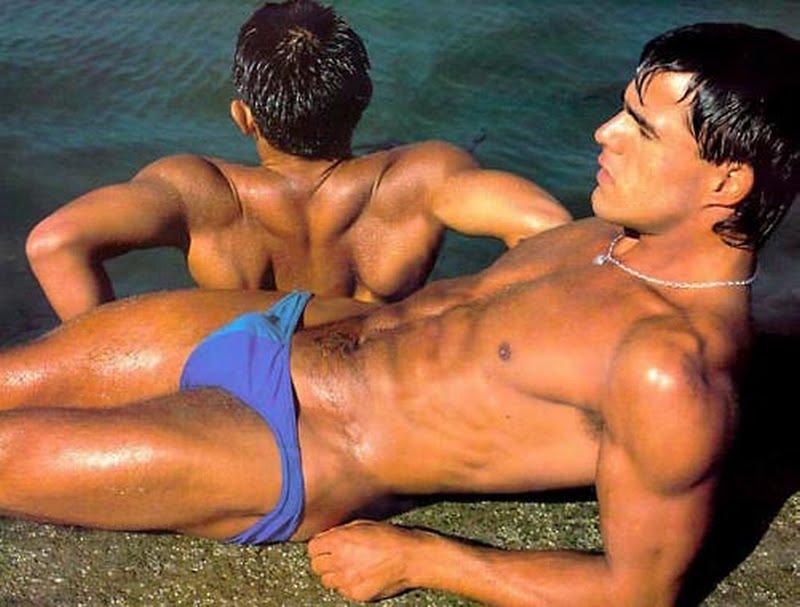 Un homme nu : deux hommes nus prennent le soleil
