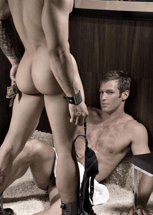 Un homme nu : plusieurs photos dans une très belle photo. L'un, allongé regardé le sexe du second que l'on voit de dos!