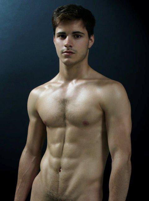 Un jeune homme nu musclé stylé minet, très carmant, qui montre ses poils pubiens