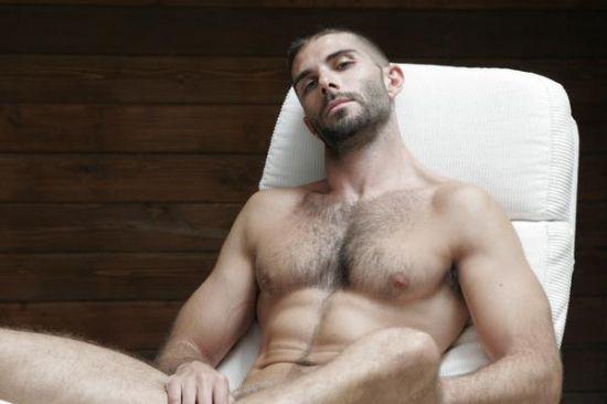 Ce beau mec à poil me faisant penser à un militaire. Un bel homme nu poilu rien que pous vous!