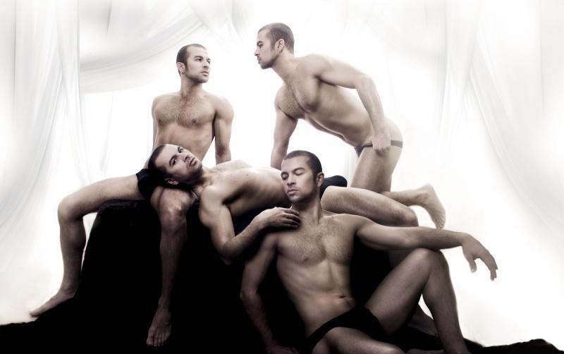 Une photo originale de plusieurs hommes nu musclés et légèrement poilus. A regarder de près !