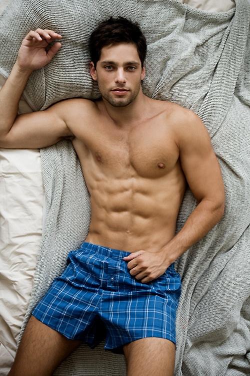 Ce très bel homme nu est l'un de mes préférés : un très beau corps ainsi qu'un regard envoûtant