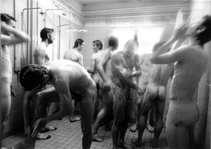 Belle photo d'un groupe de mecs qui prennent leur douche ensemble dans un vestiaire