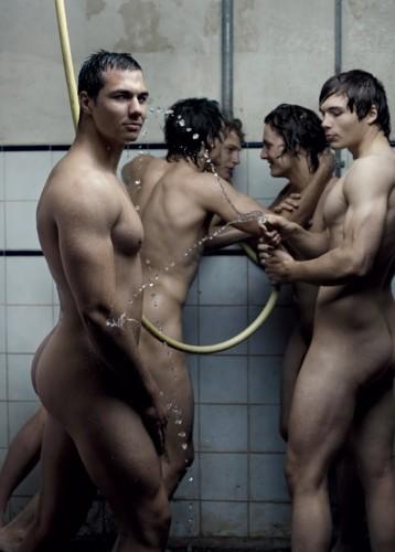 Une photo d'un groupe d'hommes nus dans un vestiaire