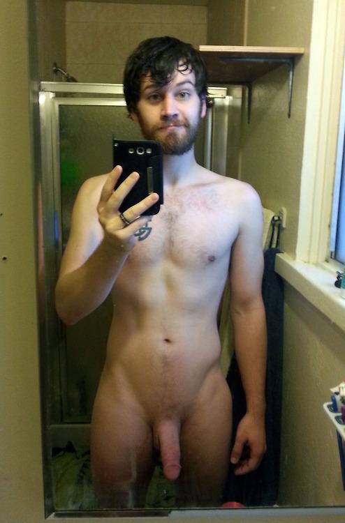 Photo d'homme nu dans un miroir avec son Iphone, barbu et imberbe !