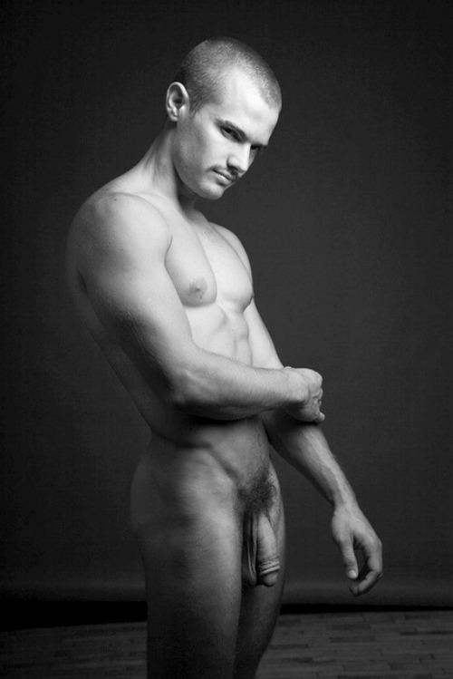 Photo d'un mec nu avec une très grosse bite poilue