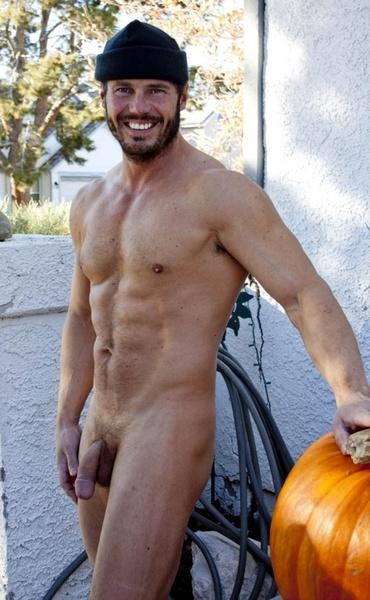 Photo d'un homme nu intégral, bien barbu, avec un joli bonnet