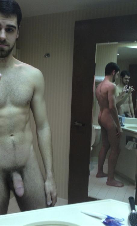 Cette photo d'un homme nu est parfaite ! Avec un jeu de miroirs, on voit sa queue et son très beau cul