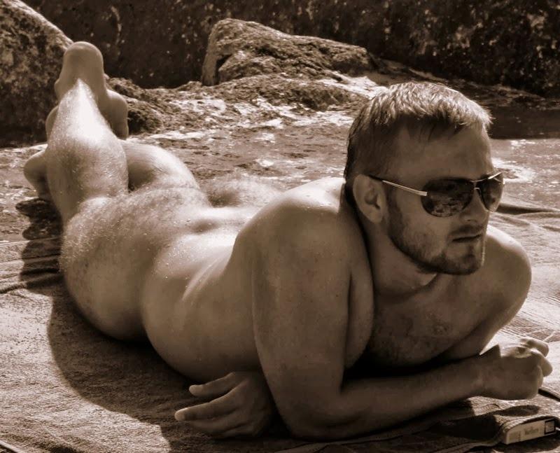 Aujourd'hui, un homme nu vous a déniché un mec blond, entièrement nu en extérieur. il se fait bronzer allongé sur le ventre et nous dévoile ses jolies fesses