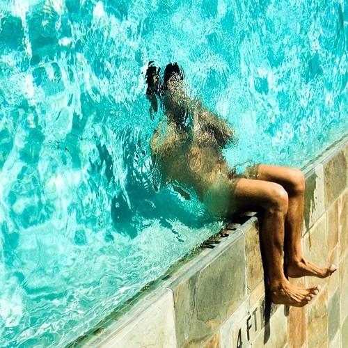 Un homme nu te propose une photo originale et artistique d'un mec nu dont la tête est dans l'eau et les jambes à l'air libre