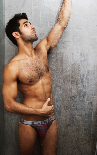 bo mec gay se faire sucer sous la douche