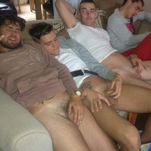 Groupe d'hommes nus pour une aprèm tranquille de branle entre potes. Ils sont à poil ensemble sans pudeur.