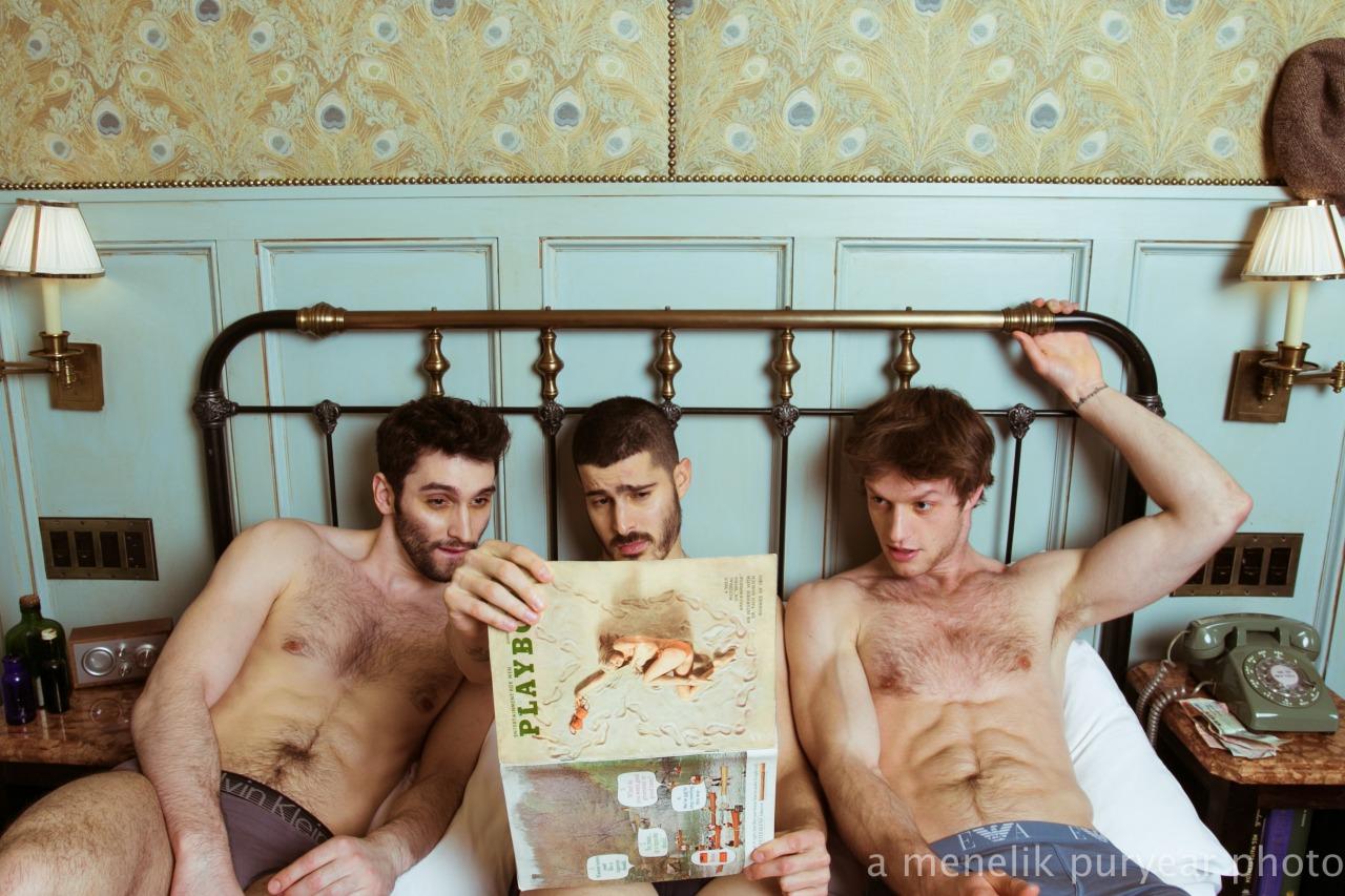 Un trio de mecs nus sur un lit pour une branlette entre potes