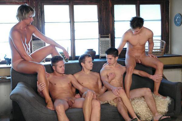 Ces hommes nus se font une aprèm de branle entre potes. Ils kiffent se branler ensemble.