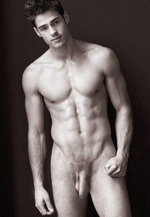 Jolie photo en noir en blanc d'un homme nu intégral. Ce beau mec n'est pas pudique et s'exhibe à poil.