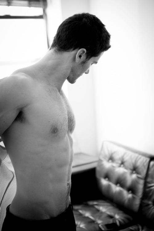 Photo érotique d'un homme torse nu, bien foutu. Photo d'un homme nu en noir et blanc.