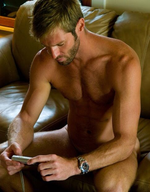 Photo d'un bel homme nu blond d'une trentaine d'années.