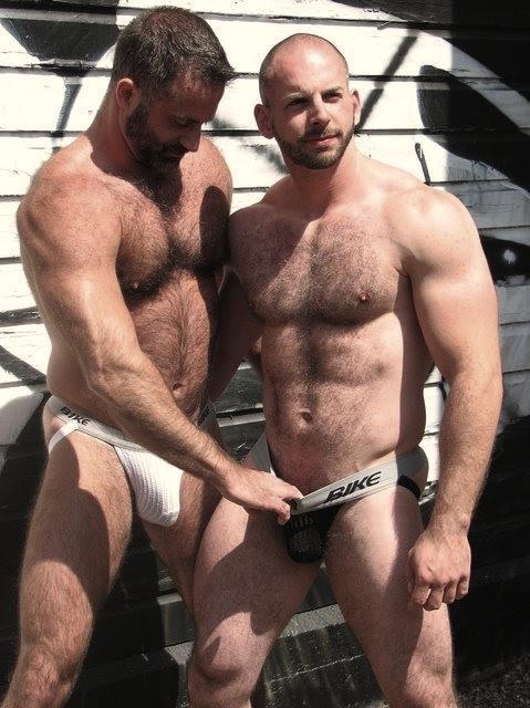 Photo de deux mecs qui se regardent la bite en plein soleil. Hommes nus très chaud pour commencer l'été 2015 à poil.