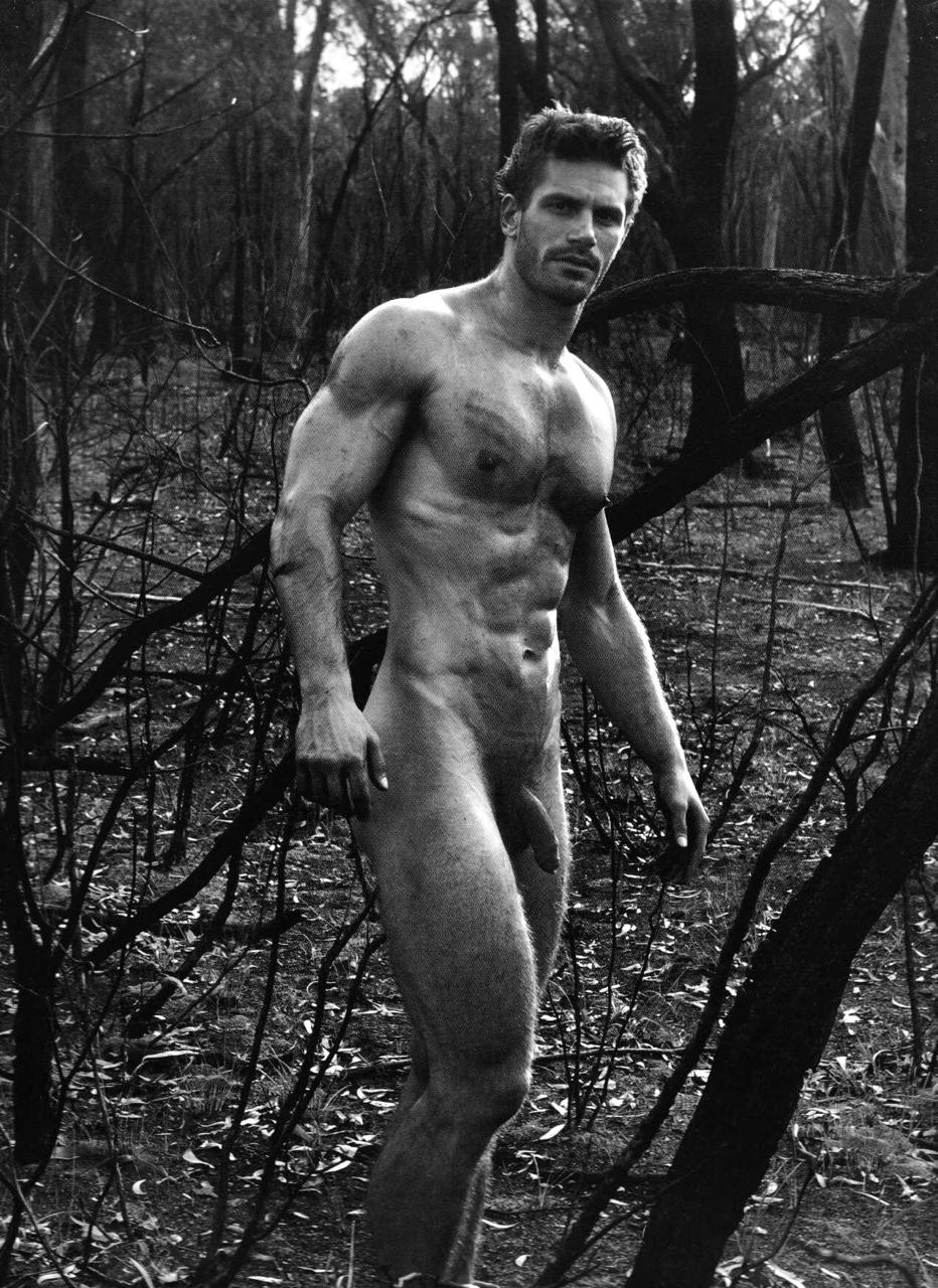 Cet homme nu en extérieur nous montre son énorme bite ttbm gay au repos. Il est blond et homme nu en extérieur.