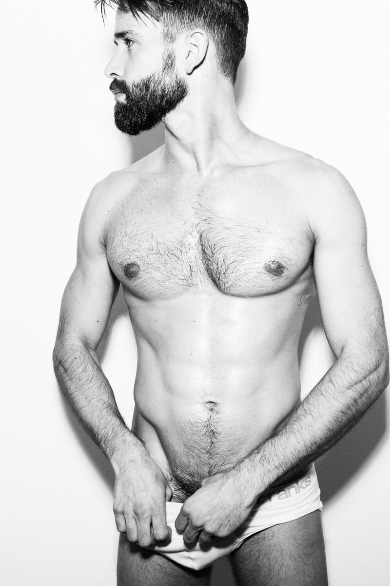 Un homme nu : photo érotique d'un mec musclé du torse et barbu
