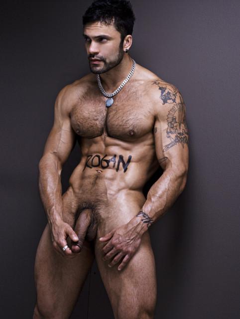 Un homme nu rebelle tatoué et brun. Latino à poil intégral
