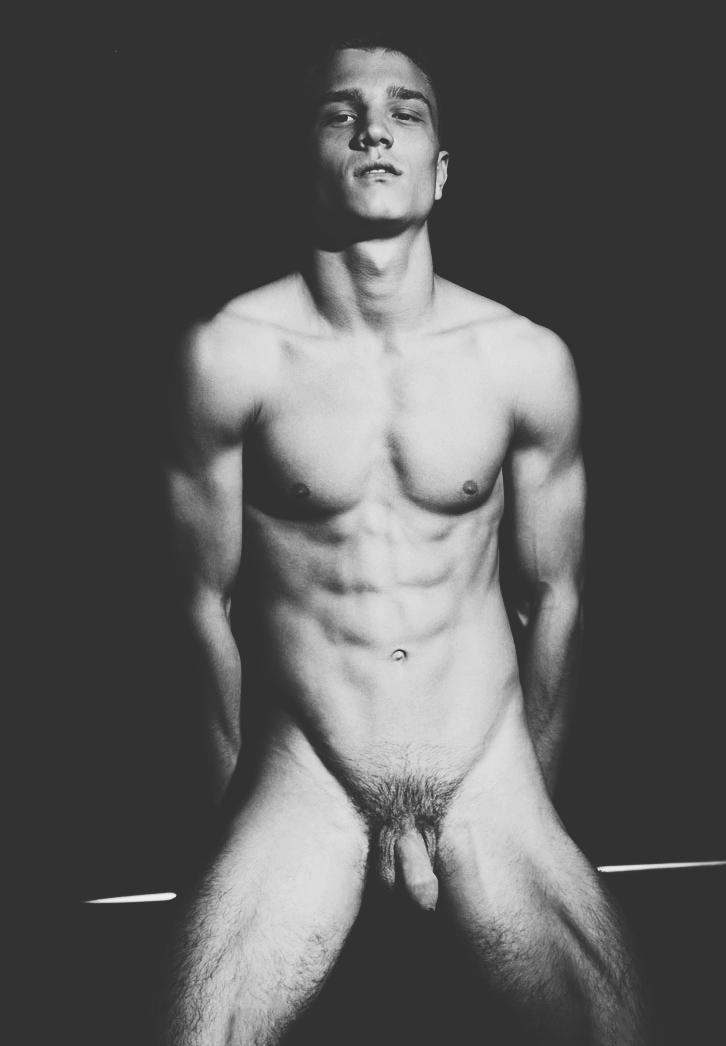 Photo d'un homme nu de 23 ans avec un corps d'athlète
