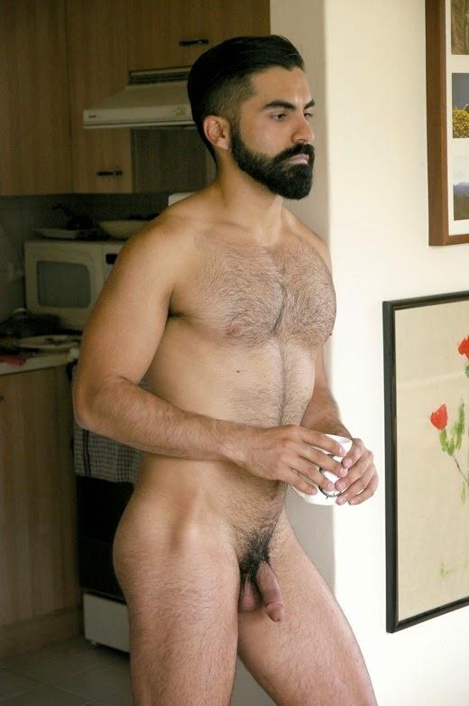 Homme nu rebeu de 29 ans. Il est circoncis et poilu.