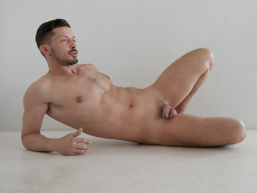 Photo d'un homme nu trentenaire avec une barbe