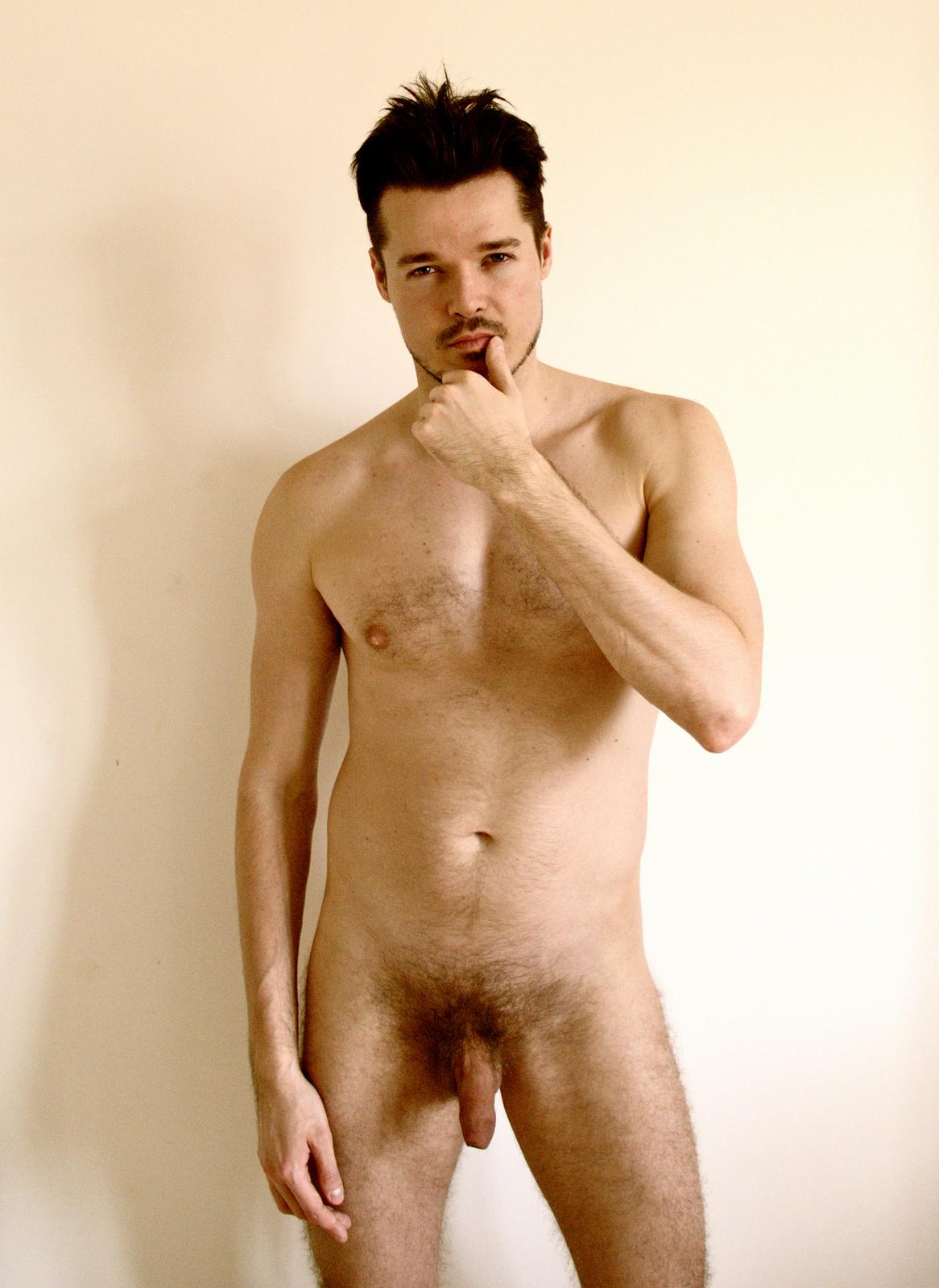 Photo d'un homme nu de 22 ans assez timide et non circoncis
