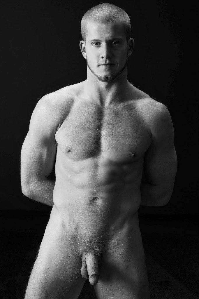 Photo d'un homme nu blond de 25 ans. Mec très musclé et poilu.