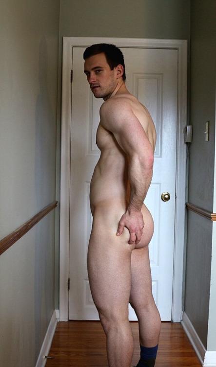 Photo d'un homme nu de 24 ans qui nous montre ses fesses