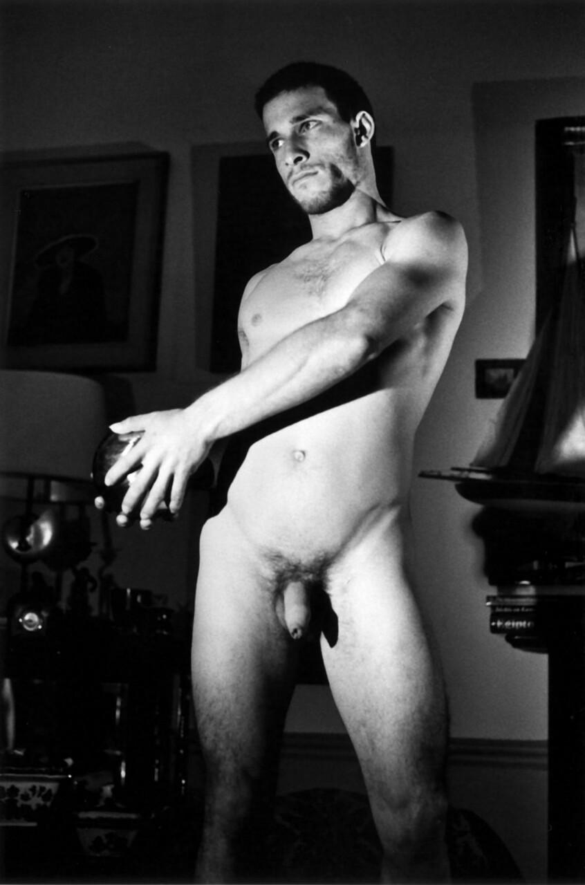 Photo artistique d'un homme nu de 28 ans sportif