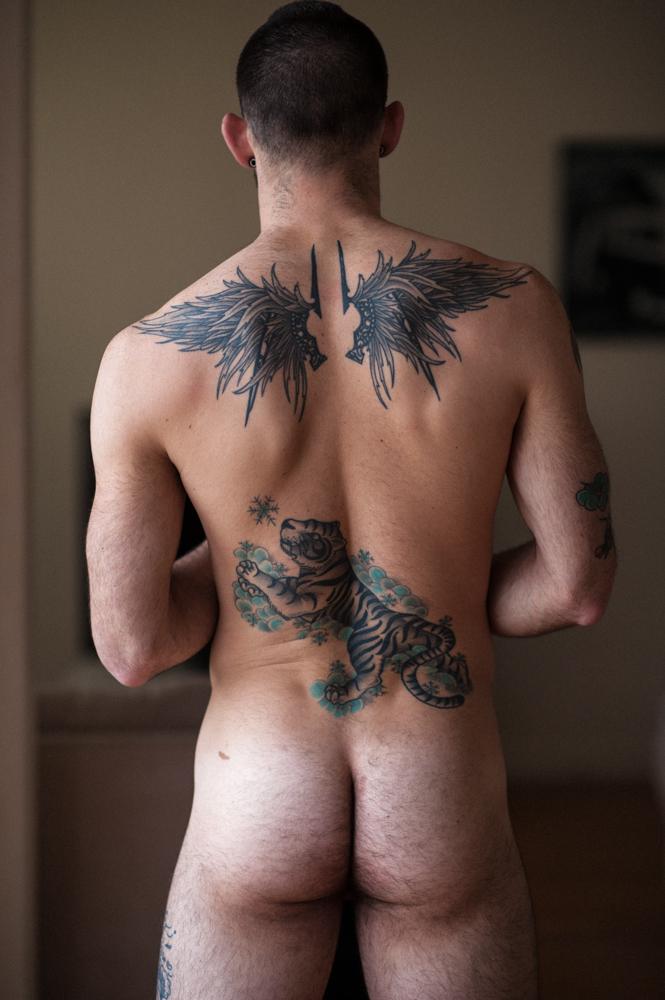 Homme nu tatoué avec de très belles fesses