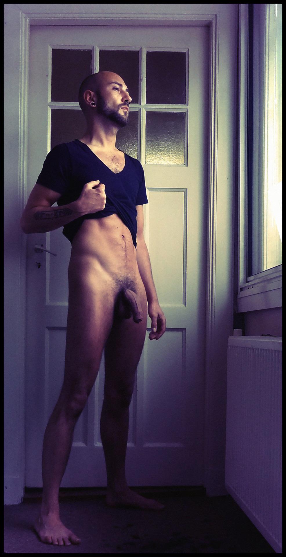 Photo d'un homme nu de 34 ans avec une grosse bite molle