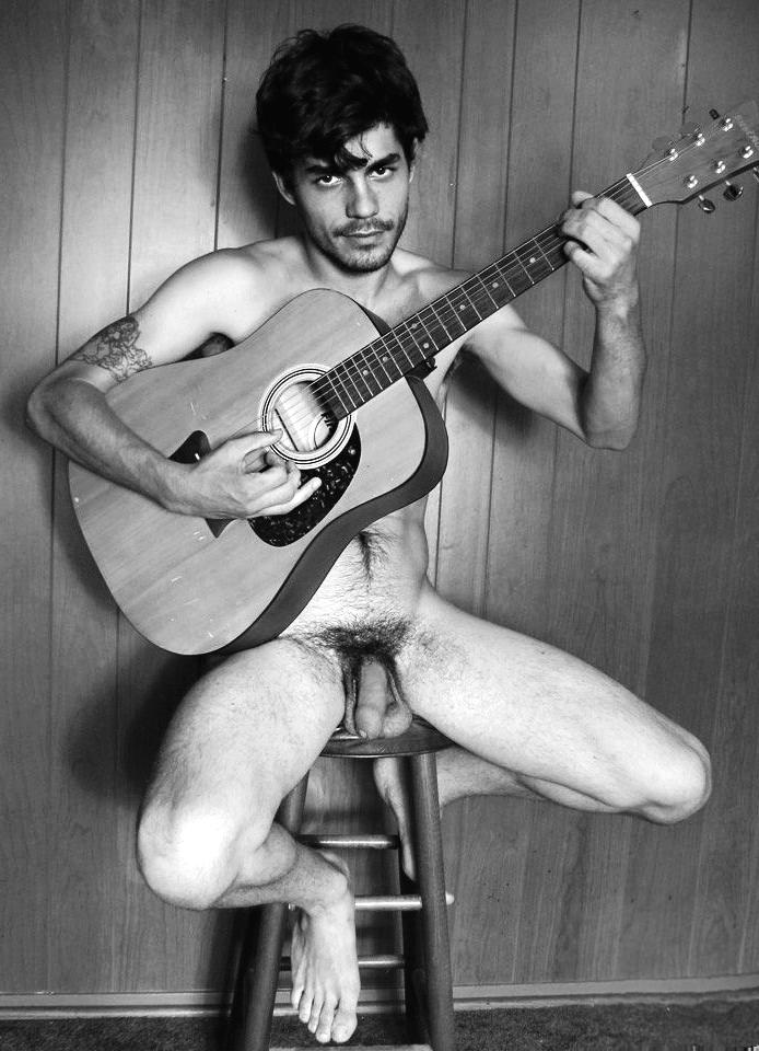 Photo d'un homme nu de 21 ans à poil qui joue de la guitare