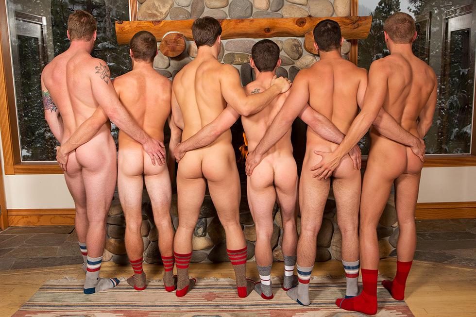Un groupe d'hommes nu hétéros se touchent les fesses musclées