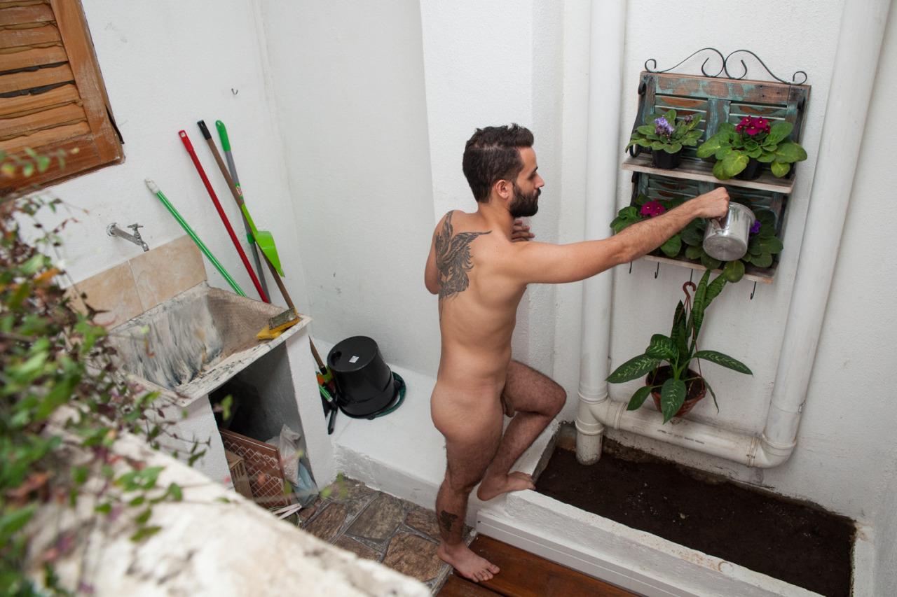 Un homme nu de Paris tatoué de 28 ans