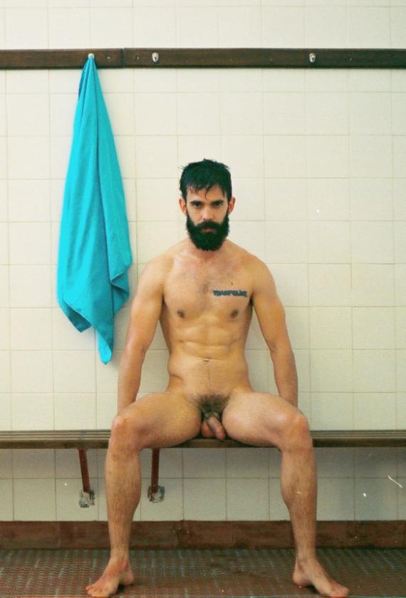 Photo d'un homme nu barbu de 28 ans dans un vestiaire