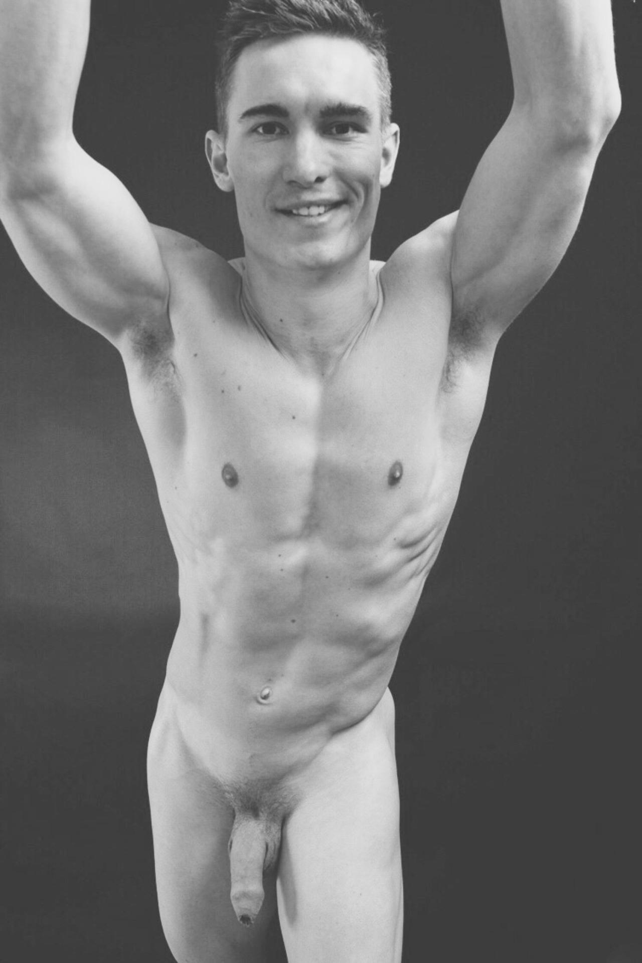 Photo d'un homme nu de 23 ans souriant et imberbe